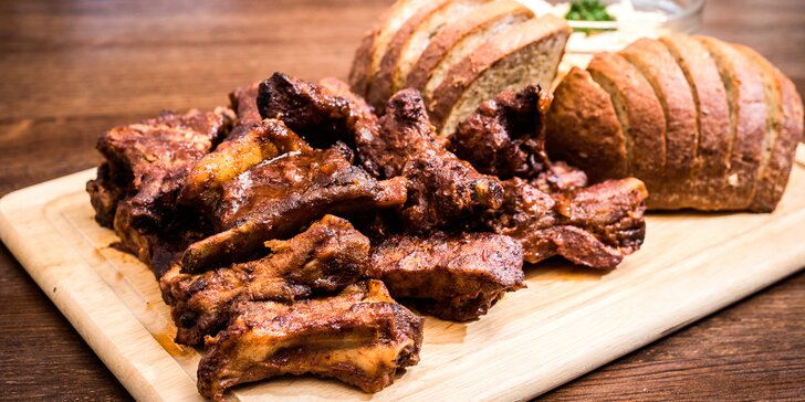 500 g či kilo pečínky: Vepřová žebra v domácí BBQ omáčce, coleslaw a chléb