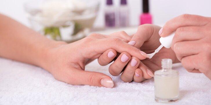 Pečlivá manikúra včetně lakování barevným gel-lakem