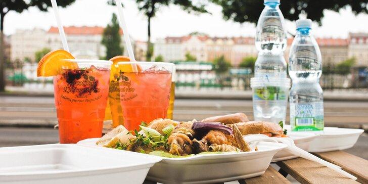 Uspořádejte na náplavce piknik: kuřecí křídla nebo bagely s pivem či Aperolem