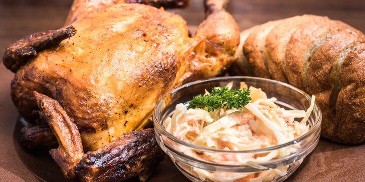 Celé kuřátko z grilu, salát Coleslaw a rozpečený chléb s bylinkovým máslem