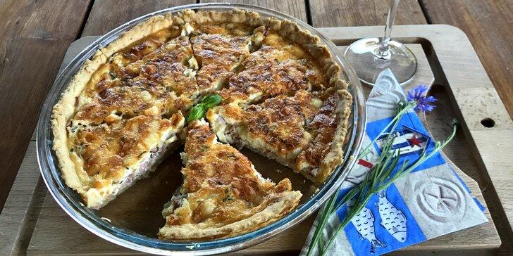 Tradiční francouzská pochoutka: Slaný koláč quiche s sebou na piknik i na snídani