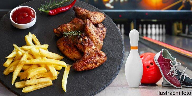 Pořádná porce dobrot a zábavy: Kilo kuřecích křídel s hranolky + hodina bowlingu