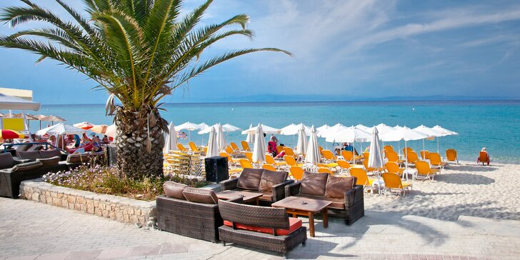 Letecky na Chalkidiki: 8 dní v hotelu s polopenzí a bazénem 50 metrů od pláže
