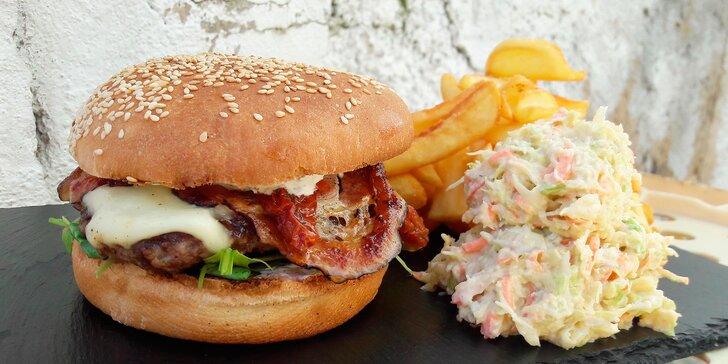 Hovězí burger Talián se sušenými rajčaty, mozzarellou a bazalkovým dipem