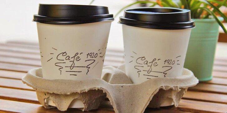 Dva kelímky plné kávy z Café 1920 – stylového podniku v srdci Mladé Boleslavi