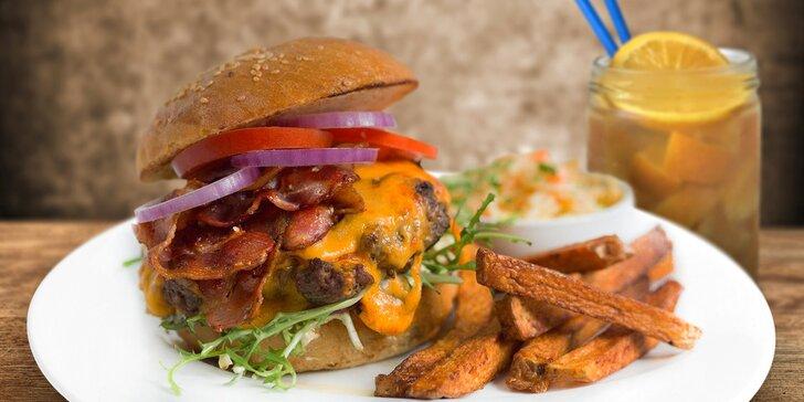 Burger se steakovými hranolky, chilli dipem, salátem Coleslaw a domácí limonádou