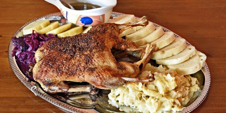 Pečínka jak od babičky: Pomalu pečená 2kilová kachna a dva druhy zelí i knedlíků