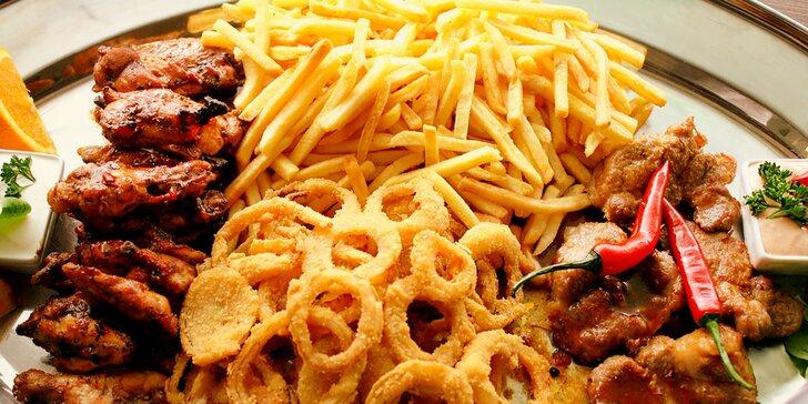 Masové plato s přílohami: steaky, BBQ křidýlka, cibulové kroužky i hranolky a dipy