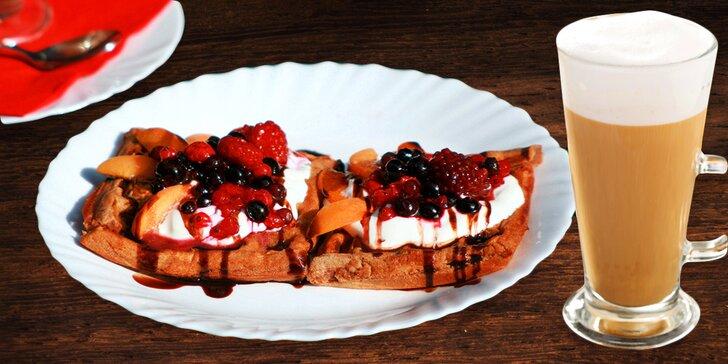 Zdravější způsob mlsání: Frappé trochu jinak a špaldové wafle s lesním ovocem
