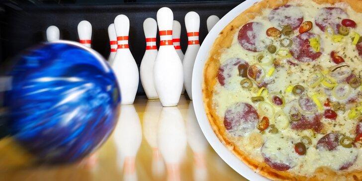 Svolejte kamarády: Hodina bowlingu až pro 8 hráčů a 2 křupavé pizzy z pece