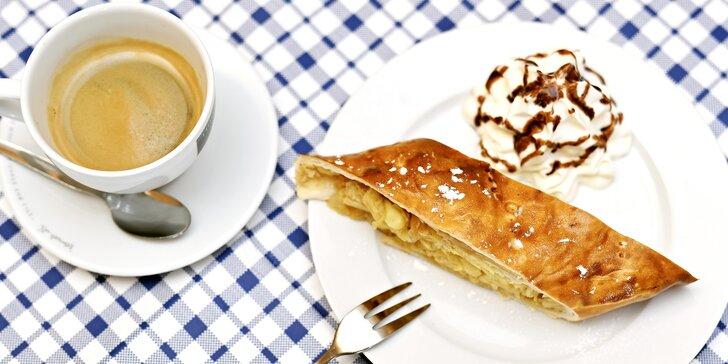 Sladká svačinka u orloje: káva a štrúdl na Staroměstském náměstí
