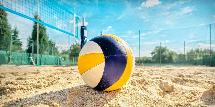 Víkendový beach: hodinový pronájem hřiště na plážový volejbal vč. půjčení míče