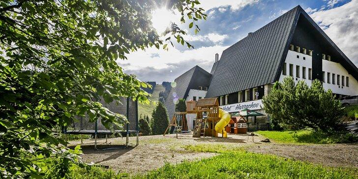 Léto nebo podzim v Harrachově: moderní hotel se snídaní či polopenzí i wellness