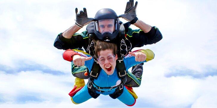 Adrenalin v oblacích: vyhlídkový let završený tandemovým seskokem