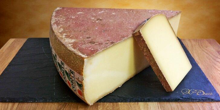 Francouzský sýr Comté se slanou a ovocnou chutí k vyzvednutí v pasáži Lucerna