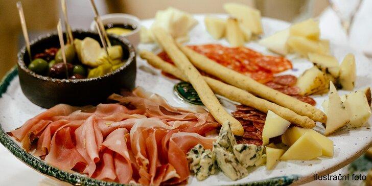 Degustační chvilka: šunkovo-sýrový talíř, olivy, sušená rajčata a lahev vína