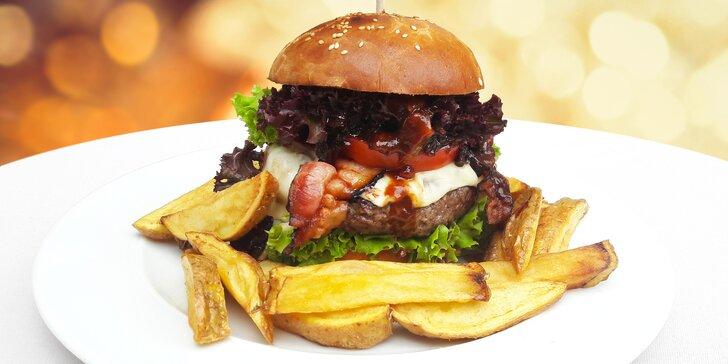 Hovězí burger v domácí bulce s cibulovou marmeládou, slaninou a hranolky
