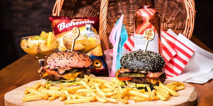 Piknikový košík plný dobrot pro pár: Hamburgery, víno, ovocný salát i chipsy