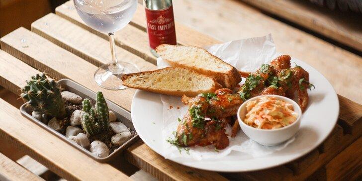Zastavte se v bistru na Žižkově: kuřecí křídla s chipotle glazurou a Gin&Tonic