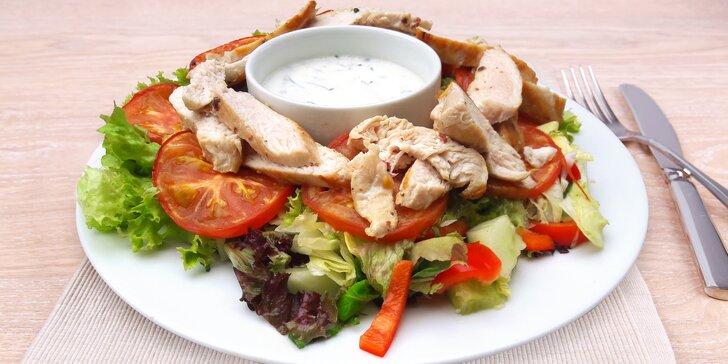 Co takhle něco lehčího: dva velké saláty s grilovaným kuřecím masem a dresinkem