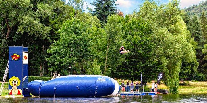 Ať žije léto: bláznivé skoky do vody z adrenalinové atrakce Wow Jump na Slapech