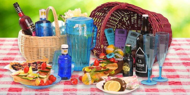 Na piknik do Grébovky: krásné koše plné dobrot včetně ovoce a lahve vína