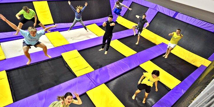 Aktivní zábava pro malé i velké: Hodina řádění na trampolínách v JumpParku Brno