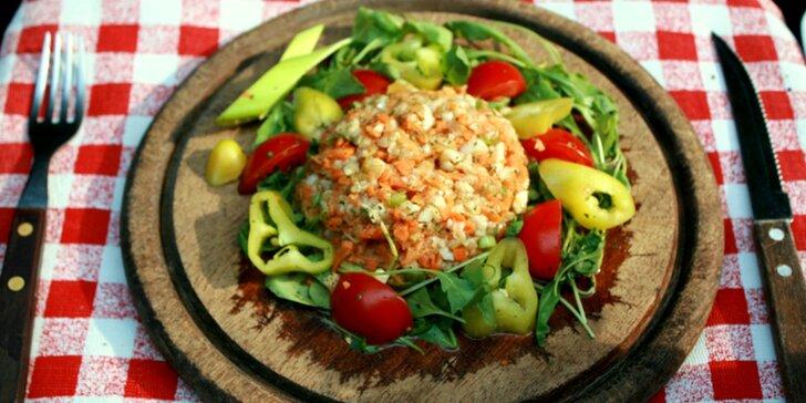 Zdravá pochoutka: vegetataráček s topinkami, salát a 2x Campari drink