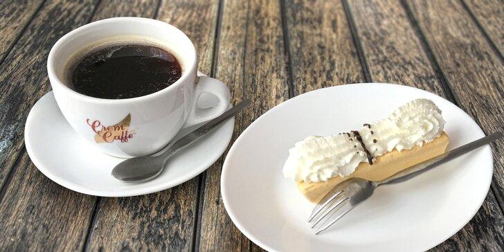 Káva a dezert vanička se šlehačkou v legendární brněnské cukrárně