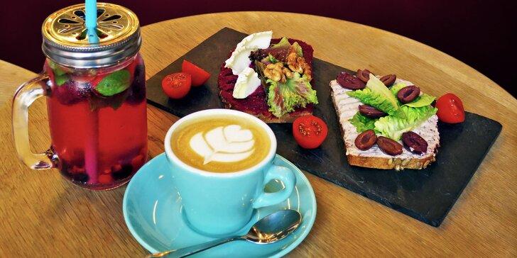 Lehká svačina v kavárně Melk: celozrnný chlebíček, káva a limonáda