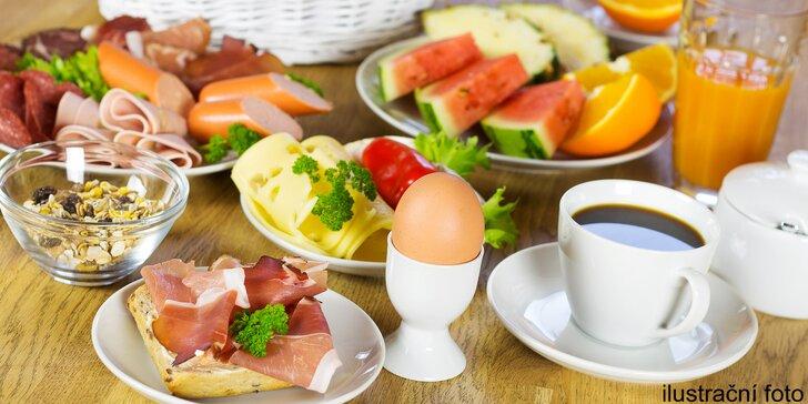 Snídaňový raut plný dobrot: džusy, šunky, sýry, vajíčka, ovoce, káva i čaj