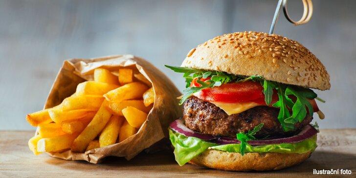 Burger z mladého býčka i kuřecí pro dítě a k tomu hranolky a domácí limonáda