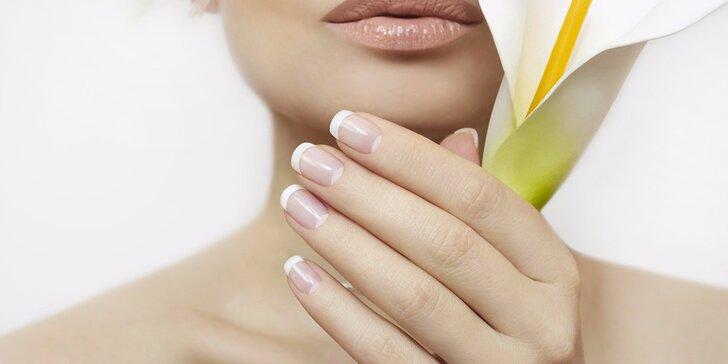 Manikúra a modeláž gelových nehtů včetně zdobení pigmentem