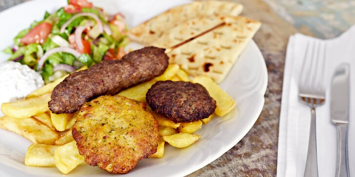 Variace řeckých biftečků pro 2 osoby: hovězí, krůtí i jehněčí maso a přílohy