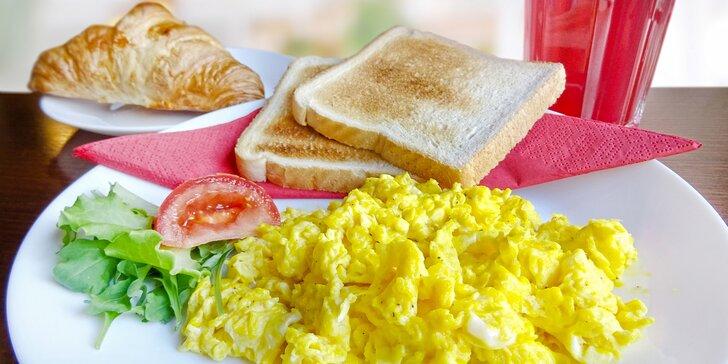 Vydatná snídaně s nápojem pro jednoho nebo dva v Retro Strings Cafe