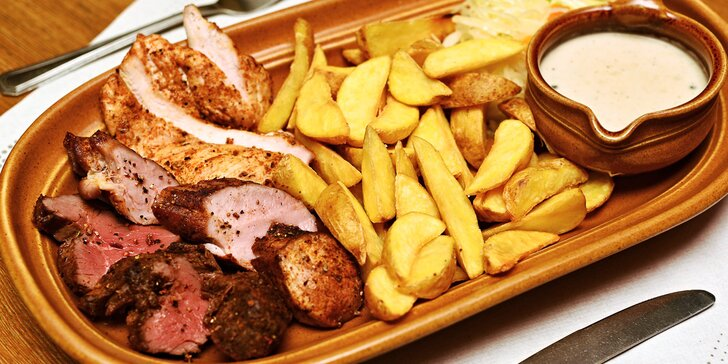 Mix grill plný masa s omáčkami i přílohami dle výběru až pro 4 osoby