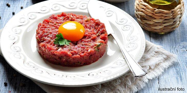 Výtečný 200g tatarský biftek pro 2 osoby podávaný s křupavými topinkami