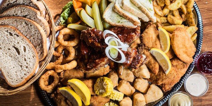 Prkno plné dobrot až pro 4 jedlíky: řízečky, žebírka i sýry v anglickém pubu