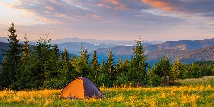 Outdoorové dobrodružství ve stanu na horské pláni se snídaní i saunou