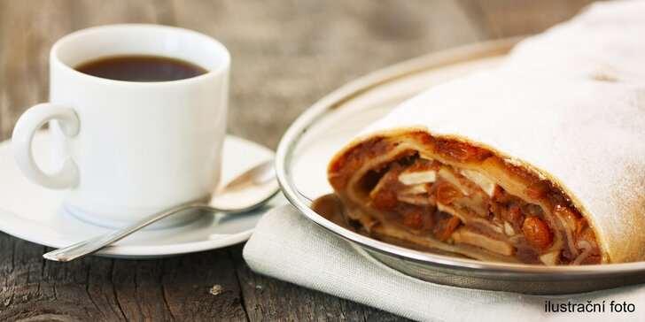 Chvilka sladké pohody: Horký nápoj a štrúdl nebo jahodový dezert pro dva