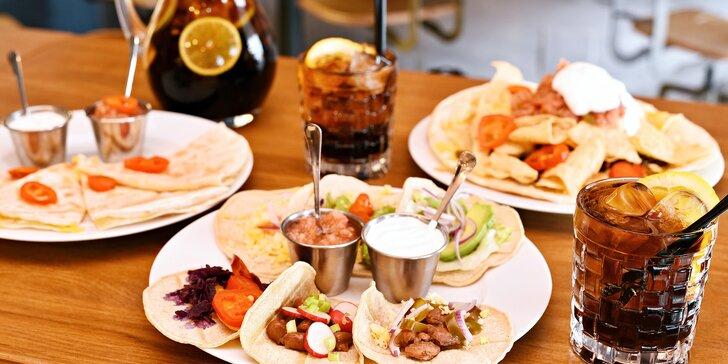 Koktejly nebo pivo a talíř mexických dobrot v baru u náměstí Míru