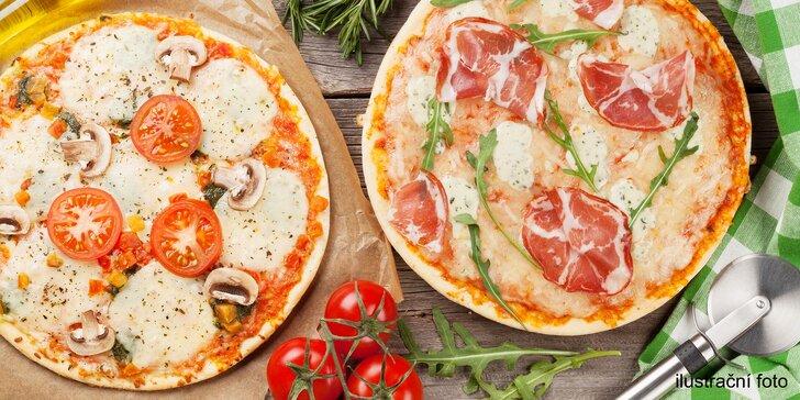 Dvě lahodné pizzy různých velikostí z široké nabídky Pizzerie Vavřinec