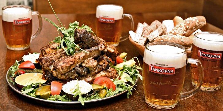 Zajděte s přáteli na jedno: tankové pivo Primátor a pečená žebra U Kalendů