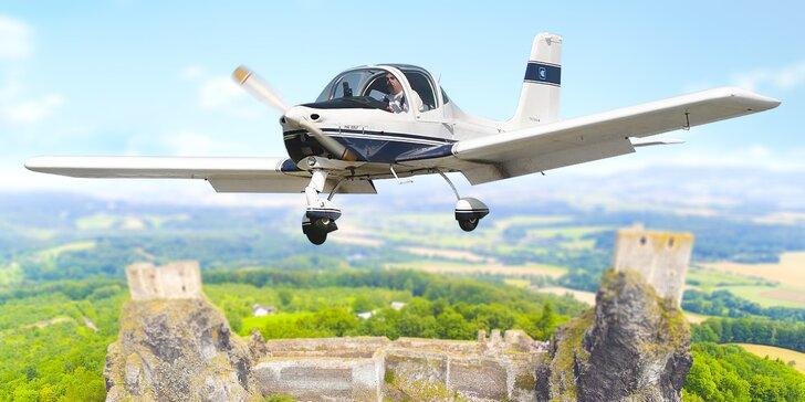 30 minut ve vzduchu: Vyhlídkový let sportovním letadlem s možností pilotování