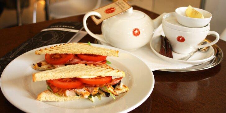 Sendvič a káva nebo čaj v designové kavárně s lékařskou výzdobou u I. P. Pavlova