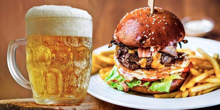 Pořádná porce jídla: Hovězí nebo vegetariánský burger a půllitr piva Benedict