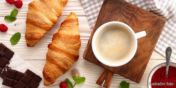Křupavý croissant nebo horké maliny a voňavá káva v Café Bolzano