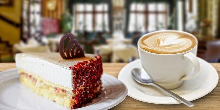 Dva dorty s kávou nebo čajem v romantickém Café Mozart naproti orloji