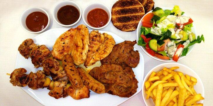 Mix grilovaného masa pro 4 osoby: steaky, klobásy, špízy a chléb i hranolky