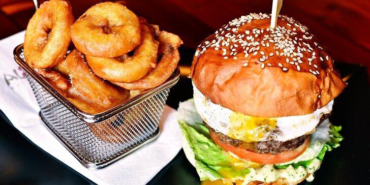 Nabité masové i vege-burgery v stylovém podniku s hranolky nebo cib. kroužky
